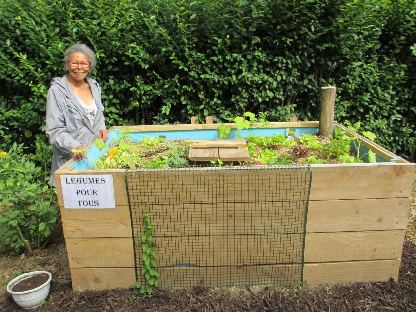 mick et son bac bonne hauteur pour jardiner en toute tranquillit sans se casser le dos. Black Bedroom Furniture Sets. Home Design Ideas
